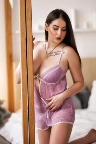 Margoshata Sweet - Prostituierte aus Frankfurt setzt vollen Körpereinsatz bei der Rückenmassage ein