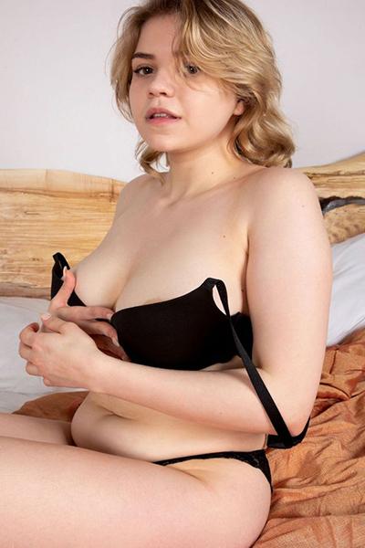 Crystall Promi Dame über Escort Masseurin Frankfurt Agentur für Rückenmassage Service mit Verkehr auch mehrmals Sex bestellen