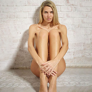 Dalia Luxury Model make an appointment with masseuse escort agency Berlin for penis massage service with striptease sex