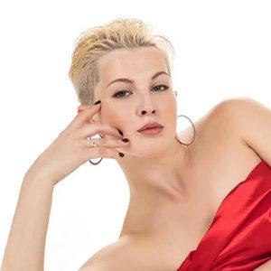 Daniela Top - Privatmodelle aus Frankfurt massiert rhytmisch den Rücken zum Vorspiel