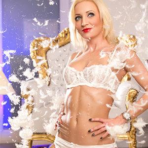 Selena - Hostesse aus Lettland heizt mit einer sehr erotische Ayurveda Massage an