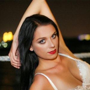 Vanessa - Liebesdienerin erotisiert mit Seidenhandschuhe Ayurveda Massage aus Berlin