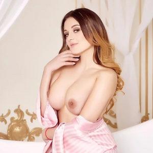 Viktoria - Lady from Frankfurt enchants a hot Back Massage with Physical Effort