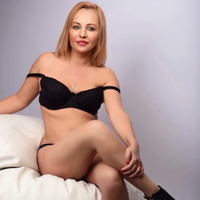 Xanna - Private Escort Dame bietet Massage & Sex in der Badewanne