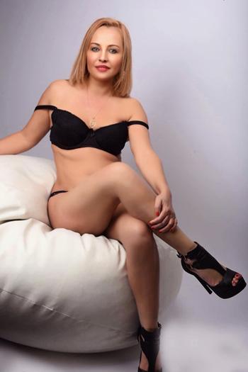 Xanna - Private Escort Dame bietet Massage & Sex in der Badewanne